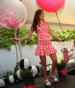 Model with balloon